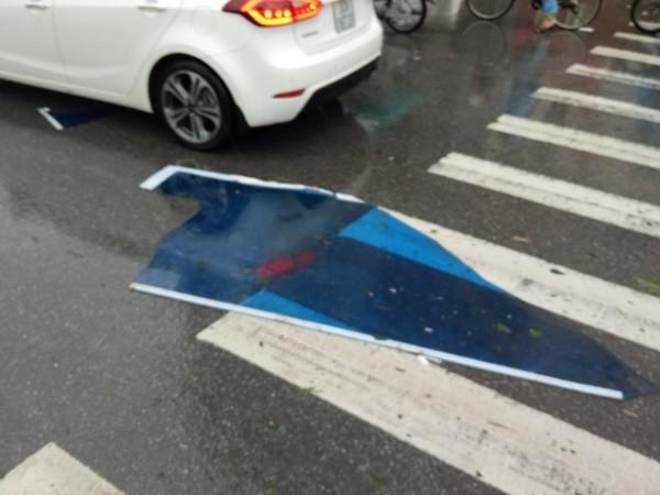 Một mảnh ốp nóc cầu vượt dành cho người đi bộ bị gió xé toạc, bay xuống suýt liệng trúng kính chắn gió phía trước của chiếc xe ôtô đi ngược chiều trên đường Tân Mai