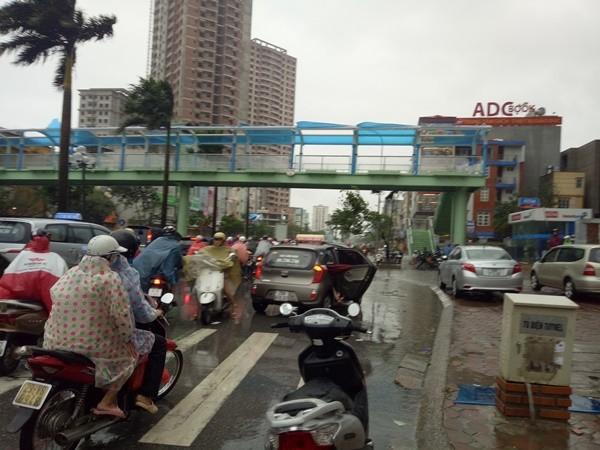 Nhiều người tham gia giao thông hoảng sợ khi những tấm che cầu vượt bị gió bật tung, liệng xuống đườngTân Mai