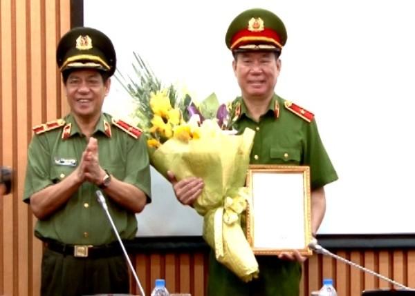 Thiếu tướng Đoàn Duy Khương, Giám đốc CATP Hà Nội (bên trái) tặng hoa chúc mừng Thiếu tướng Đinh Văn Toản, Phó Giám đốc CATP