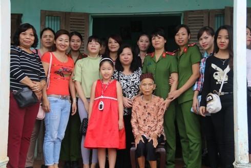 Tặng quà Bà mẹ Việt Nam Anh hùng Bùi Thị Hẳn (95 tuổi)