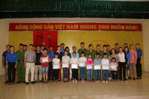 Các tổ chức quần chúng Trung đoàn CSCĐ tặng quà 10 học sinh tiểu học nghèo học giỏi của 2 trường Tiểu học Tiến Xuân A và Tiến Xuân B (Xã Tiến Xuân, huyệnThạch Thất, Hà Nội).