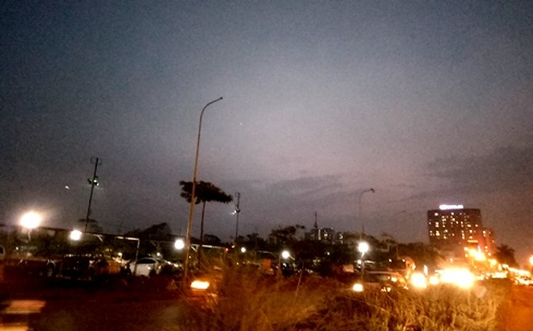 Cột đèn đường nằm trên đoạn đường 2,5 phố Tân Mai đã rụng bóng từ rất lâu vẫn chưa được cơ quan chức năng thay thế