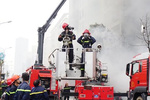 Nhiều phương tiện và lực lượng cứu nạn, cứu hộ thành phố Hà Nội tham gia chữa cháy quán karaoke 68