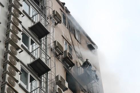 Lực lượng PCCC thành phố Hà Nội cứu hộ, cứu nạn trên tầng cao của quán karaoke 68