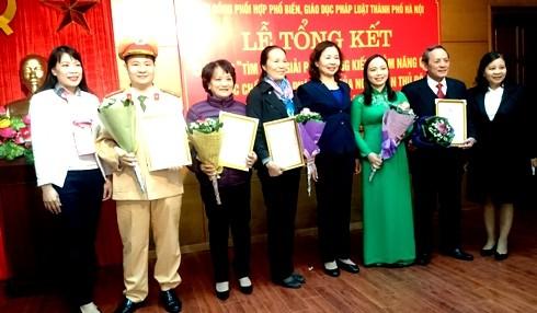 Ban tổ chức trao giải cho các cá nhân xuất sắc
