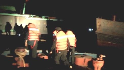 Cảnh sát cơ động Hà Nội đang kiểm tra tàu khai thác cát, sỏi trái phép trên sông Hồng