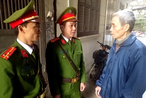 Công an phường Láng Thượng, quận Đống Đa trao đổi thông tin với người dân trên địa bàn, phục vụ công tác quản lý đối tượng trọng điểm