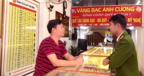 CAQ Thanh Xuân nhắc nhở chủ hiệu vàng trên địa bàn đề phòng tội phạm