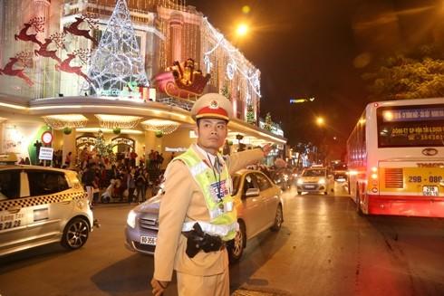 Cảnh sát giao thông Hà Nội phân luồng tránh ùn tắc tại trung tâm thành phố