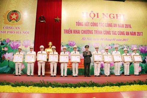 Bộ trưởng Bộ Công an thay mặt Chủ tịch nước trao tặng Huân chương Chiến công cho các tập thể, cá nhân CATP Hà Nội
