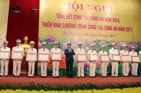 Đồng chí Nguyễn Đức Chung, Chủ tịch UBND Thành phố Hà Nội trao tặng Bằng khen của Thủ tướng Chính phủ cho các tập thể, cá nhân của Công an Hà Nội