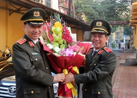 Thiếu tướng Đoàn Duy Khương, Giám đốc CATP Hà Nội tặng hoa