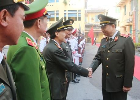 Thượng tướng Tô Lâm thân mật bắt tay các đồng chí trong Ban Giám đốc CATP Hà Nội