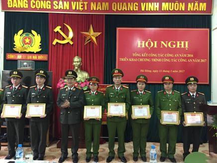 Thiếu tướng Bạch Thành Định trao các quyết định khen thưởng cho CBCS - CAQ Hà Đông