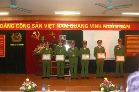 Đại tá Đào Thanh Hải trao quyết định khen thưởng cho CBCS Phòng CSTT - CATP Hà Nội