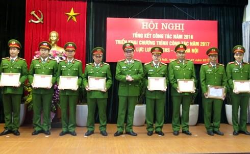 Thiếu tướng Đinh Văn Toản trao các quyết định khen thưởng cho CBCS Phòng CSHS - CATP Hà Nội
