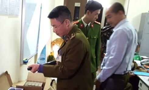CAQ Thanh Xuân và lực lượng chức năng kiểm tra kho súng đồ chơi nguy hiểm được phát hiện trên địa bàn