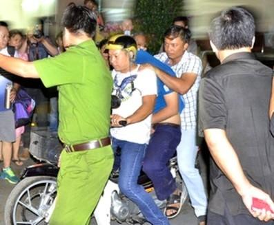 Nghi can sát hại nữ sinh lớp 9 ở chung cư Hà Đô (áo xanh ngồi giữa xe máy) bị lực lượng CATP - HCM bắt giữ