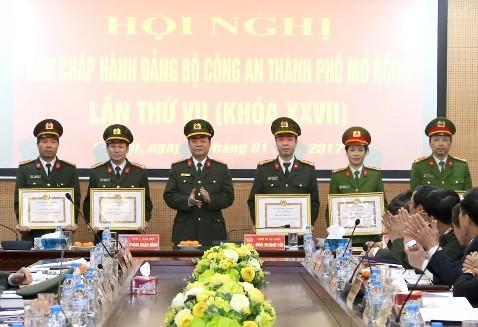Đại tá Đào Thanh Hải trao các quyết định khen thưởng cho đại diện các Đảng bộ, Chi bộ Cơ sở Đảng thuộc CATP có thành tích xuất sắc