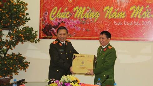 Bộ trưởng Bộ Công an tặng quà Phòng CSHS - CATP Hà Nội