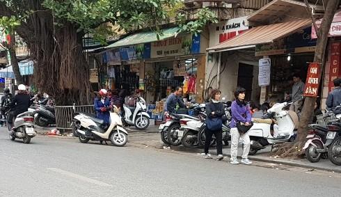 Bãi trông xe tự phát trước cổng Bệnh viện Việt Đức trông xe quá giá quy định gấp nhiều lần