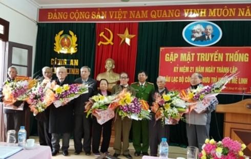 Ban chỉ huy CAH Mê Linh tặng hoa, chúc thọ các cán bộ Công an lão thành