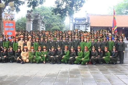 Hội Phụ nữ CATP chụp ảnh lưu niệm tại Đền thờ Hai Bà Trưng