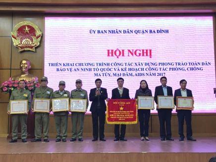 Ban tổ chức khen thưởng cho các tập thể, cá nhân có thành tích xuất sắc trong phong trào Toàn dân bảo vệ an ninh Tổ quốc