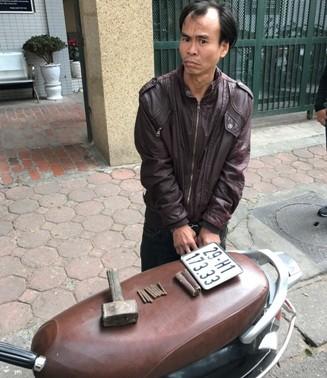 Khúc Duy Chung cùng tang vật vụ cướp