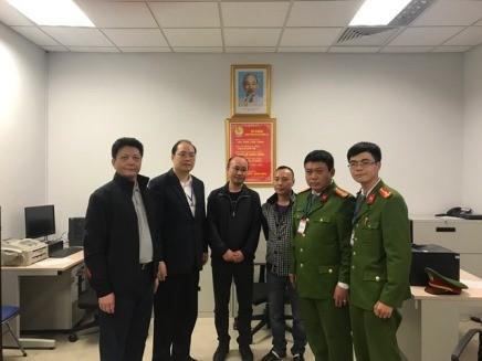 Đại diện Phòng Cảnh sát TNTP - CATP Hà Nội bàn giao các đối tượng Sheng và Liang (giữa) cho Công an Trung Quốc
