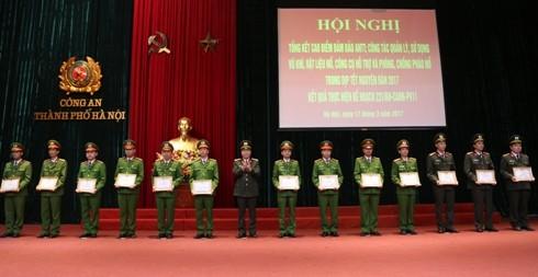 Đại tá Đoàn Ngọc Hùng, Phó Giám đốc CATP trao Giấy khen của Giám đốc CATP cho các tập thể, cá nhân có thành tích trong thực hiện đợt cao điểm