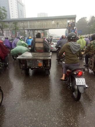 Ùn tắc giao thông cục bộ tại cổng Bệnh viện Bạch Mai vào trưa 29-3