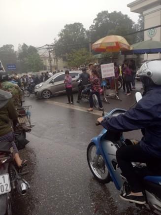 Cần chấn chỉnh trật tự giao thông tại cổng Bệnh viên Bạch Mai ảnh 2