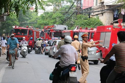 Lực lượng CSGT phân luồng hỗ trợ lực lượng cứu hỏa làm nhiệm vụ