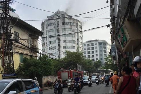 Cột khói bùng phát tại tầng 9 tòa nhà 10 tầng ở phố Thụy Khuê