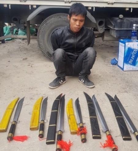 Lê Văn Chức và 6 thanh đao được đối tượng khai mua từ Sa Pa, mang về Hà Nội sử dụng và tặng bạn bè