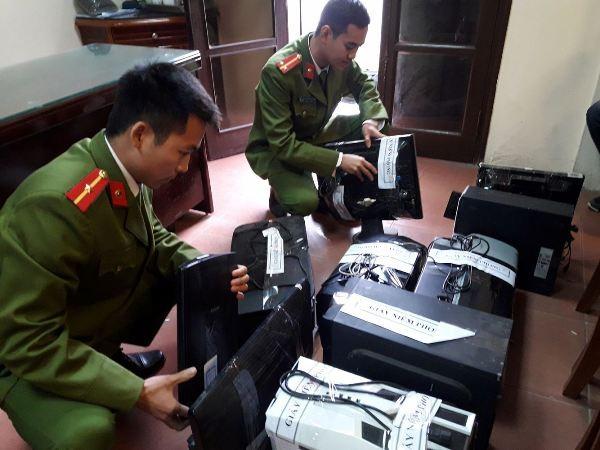 CATP Hà Nội kiểm tra tang vật vụ án liên quan đến tội phạm sử dụng công nghệ cao