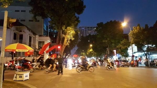 """Công an Hà Nội phân luồng giao thông, bảo đảm ANTT để """"bữa tiệc"""" bóng đá được trọn vẹn"""