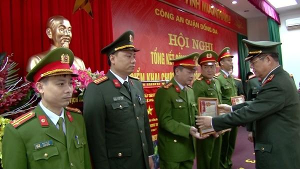 Thiếu tướng Đào Thanh Hải trao khen thưởng cho đại diện các tập thể, cá nhân xuất sắc của CAQ Đống Đa năm 2017