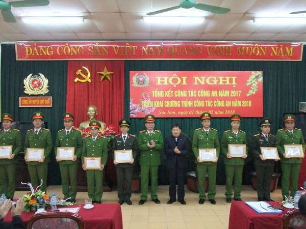 Thiếu tướng Đinh Văn Toản trao thưởng cho các đơn vị, cá nhân có thành tích xuất sắc của CAH Sóc Sơn
