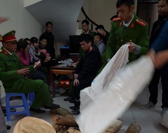 Lực lượng chức năng đang kiểm tra và thu giữ ngà voi tại nhà bà Nhương, ở huyện Thường Tín