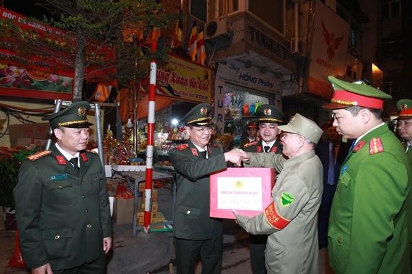 Thiếu tướng Đào Thanh Hải , Phó Giám đốc CATP Hà Nội thăm, động viên một chốt đảm bảo ANTT đêm giao thừa tại khu vực Ngã Tư Sở