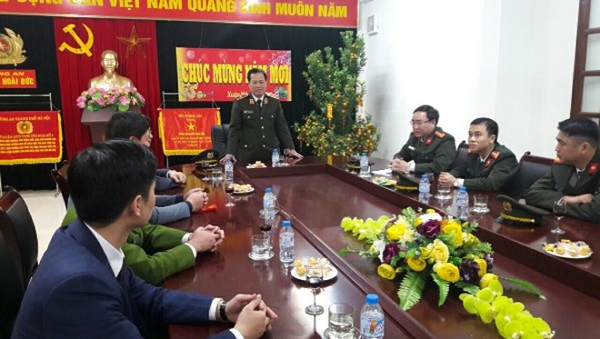 Thiếu tướng Đoàn Ngọc Hùng, Phó Giám đốc CATP Hà Nội kiểm tra công tác đảm bảo an ninh, an toàn đêm giao thừa tại CAH Hoài Đức