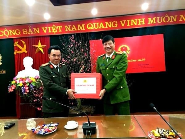 Đại tá Nguyễn Anh Tuấn, Phó Giám đốc CATP thăm, kiểm tra công tác bảo vệ Tết và tặng quà cho CAQ Hoàn Kiếm