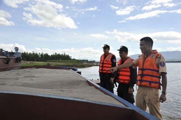 """Lực lượng Cảnh sát đường thủy, CSCĐ - CATP Hà Nội thường xuyên phối hợp phát hiện, phòng chống """"cát tặc"""" trên sông"""
