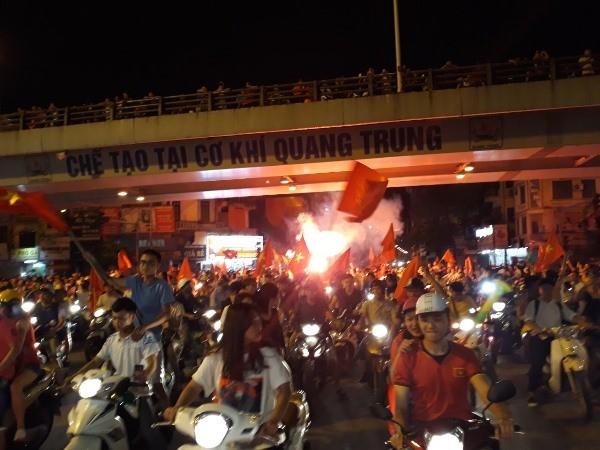 NHM với cờ, hoa, băng rôn trong tay, hô vang Việt Nam vô địch tại các nút giao thông chính trong nội thành