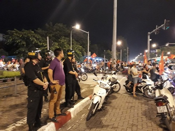 Lực lượng CSCĐ - CATP Hà Nội cùng với Công an các quận trung tâm thành phố và các đơn vị chức năng khác thức trắng đêm đảm bảo an ninh, an toàn cho NHM vui chiến thắng