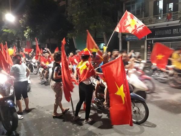 Người hâm mộ bóng đá Thủ đô đổ ra đường ăn mừng chiến thắng của Đội tuyển Olympic Việt Nam ngay sau khi trận đấu với Đội tuyển Olympic Syria kết thúc