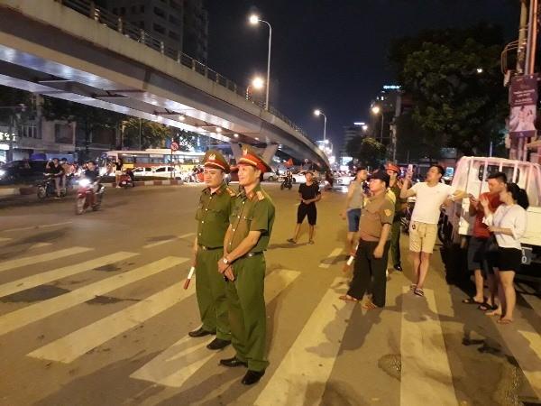 Lực lượng Công an Hà Nội thực hiện nhiệm vụ đảm bảo ANTT ngay sau khi trận đấu bóng đá giữa Olympic Việt Nam và Olympic Syria kết thúc