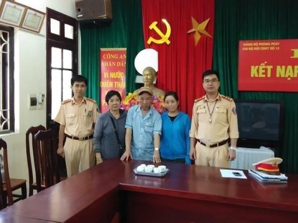 Cảnh sát giao thông Hà Nội đã giúp đỡ cụ già bị lạc đoàn tụ với người thân